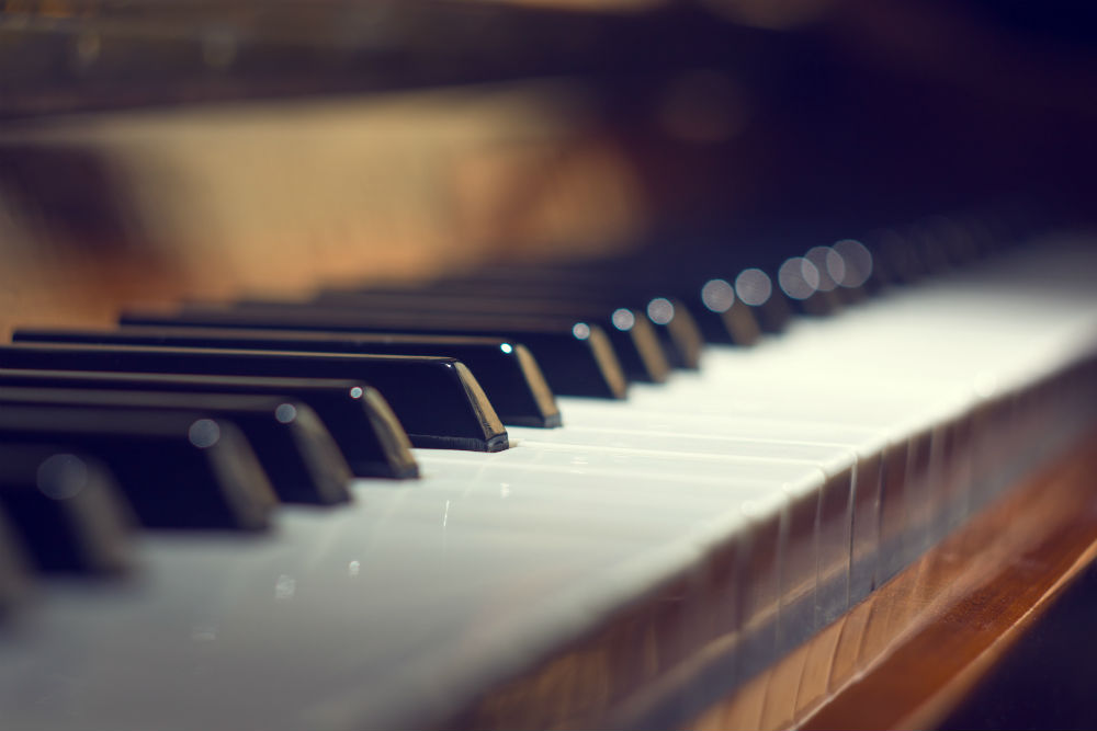 1 Piano keyboard background with selective focus (1)